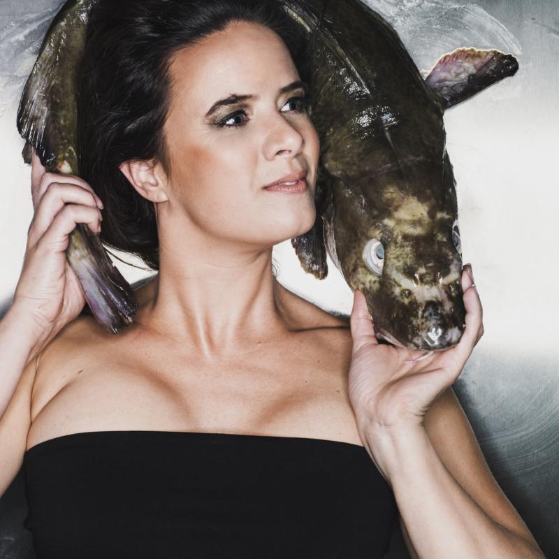 Ramona van Zweden met vis