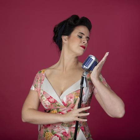 Ramona van Zweden presentatrice houdt microfoon vast