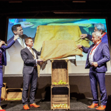 Jubileum-boek 175 jaar agrische sector wordt onthuld door gedeputeerde Landbouw Jo-Annes de Bat en ZLTO voorzitter