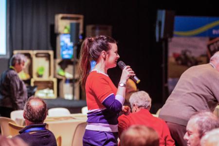 Ramona van Zweden met microfoon de zaal in naar het publiek