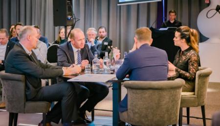 Ramona van Zweden talkshowhost in gesprek tafelgasten