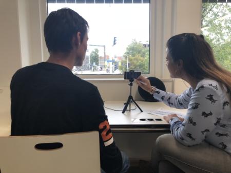 Ramona van Zweden geeft student begeleiding